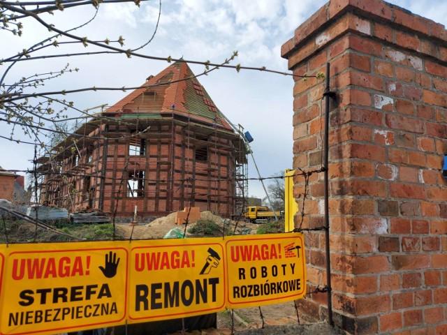 Trwa odbudowa dawnego kościoła ewangelickiego w Sierakowie. Jest dach, wkrótce będzie także wieża południowa (1.04.2021).