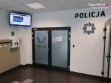 Defibrylator pojawił się właśnie w dąbrowskiej Komendzie Miejskiej Policji. Może uratować komuś życie