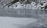 Fantazja czy głupota? Ktoś jeździł na łyżwach po cienkim lodzie na... Czarnym Stawie Gąsienicowym!