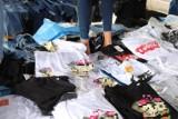 Olkusz. Policjanci zatrzymali handlujących nielegalną odzieżą. Już usłyszeli zarzuty