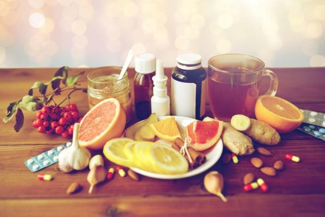 Naturalne sposoby na leczenie przeziębienia, które wykorzystywały nasze babcie, są prawie tak powszechne, jak samo przeziębienie, ale czy rzeczywiście działają? Okazuje się, że niektóre popularne metody istotnie mogą łagodzić objawy choroby i przyspieszyć leczenie, część z nich niestety nie jest tak skuteczna, jak nam się wydaje. Co zatem warto stosować na przeziębienie, a czego nie? Oto przegląd najczęściej wykorzystywanych, domowych lekarstw na przeziębienie i dowody naukowe, które potwierdzają lub obalają ich działanie.
