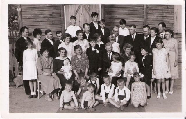 Rodzina Mikołajczaków z Kaźmierza. Zdjęcie wykonano podczas I Komunii Świętej Zygmunta - ukochanego brata Andrzeja Mikołajczaka