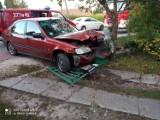 Wypadek koło Tarnowa. Honda uderzyła w ogrodzenie w Zaczarniu. Kierowca i pasażerowie ulotnili się, zanim przyjechała policja [ZDJĘCIA]