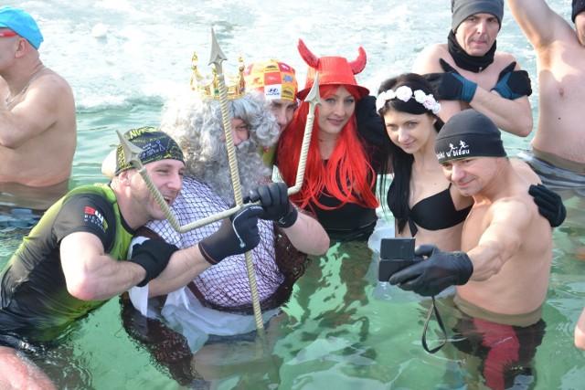 Morsowanie w Rybniku! Ostatni raz w sezonie morsy wskoczyły do wody na Rudzie - ZDJĘCIA