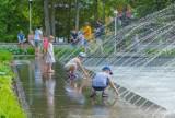 Krynica-Zdrój. Tłumy kuracjuszy, turystów i mieszkańców szukają ochłody. Park Dukieta z leżakami i fontanną oblegany [ZDJĘCIA]