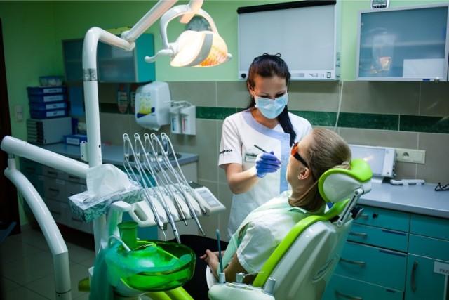 Dobry dentysta to skarb! Jeśli szukacie stomatologa w Toruniu, sprawdźcie specjalistów rekomendowanych przez największą liczbę użytkowników serwisu ZnanyLekarz.pl. Na naszej stronie publikujemy nazwiska najlepiej ocenianych stomatologów w Toruniu, adresy ich gabinetów oraz oceny pacjentów.  ZOBACZ NA KOLEJNYCH SLAJDACH --->