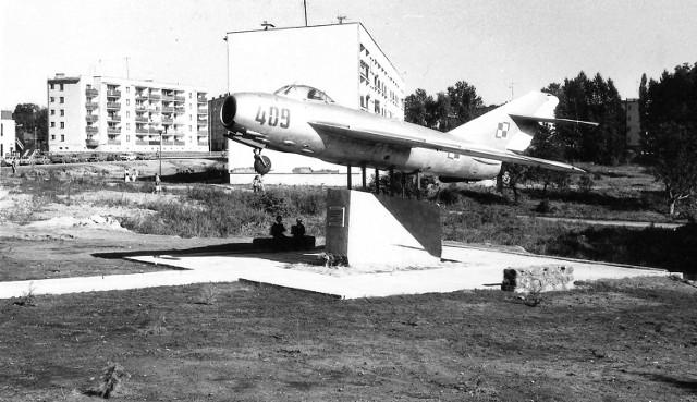 Zdjęcie pomnika samolotu z roku 1989. W tle nie ma jeszcze przychodni lekarskiej Medyk