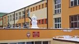 Miła niespodzianka dla uczniów szkoły w Lublinie. Na dachu stanęły bałwany. Zobacz zdjęcia!