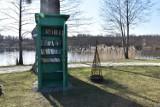 Nowy Tomyśl. Antyczna budka telefoniczna z książkami stanęła przy jeziorku w Sękowie