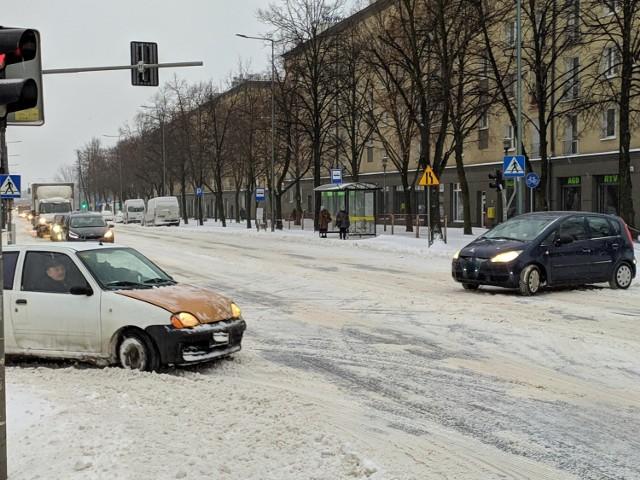 Fatalne warunki na drogach w Częstochowie. Kierowcy powinni szczególnie uważać!