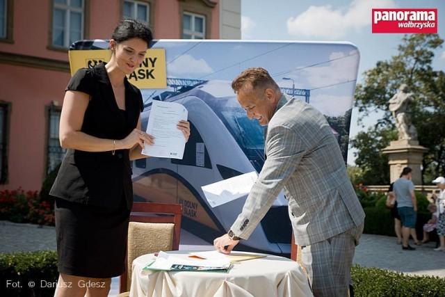 Na umowie podpisanej pomiędzy Kolejami Dolnośląskimi i Zamkiem Książ w Wałbrzychu skorzystają wszyscy, którzy wybiorą się na zwiedzanie zamku pociągami KD