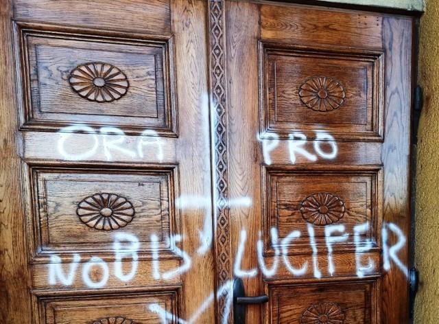 Napisy na drzwiach kościoła zostały naniesione w miniony weekend, w nocy z soboty na niedzielę