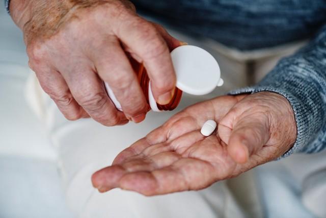 Zawsze, kiedy bierzemy leki, powinniśmy uważać, a przeczytanie dokładnie dołączonej do nich ulotki powinno poprzedzać zażycie pierwszej dawki. Niestety, wielu z nas to ignoruje, a potem ponosimy tego konsekwencje. Interakcje leków z żywnością są coraz lepiej zbadane: okazuje się, że pewnych produktów żywnościowych powinniśmy unikać zarówno wtedy, gdy stosujemy niektóre leki na stałe, jak i wtedy, gdy używamy ich doraźnie. Zobacz, czego nie jeść, kiedy bierzesz leki!
