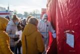 W Tarnowie długie kolejki nauczycieli do testów w kierunku koronawirusa [ZDJĘCIA]