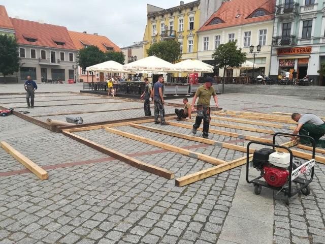 Zakład Zieleni Miejskiej rozpoczął budowę plaży na Rynku