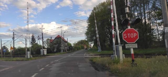 """Znak stop na przejeździe kolejowym w Nowej Soli pojawił się kilka dni temu. Kierowcy """"jadą na pamięć"""". Nie zauważają tego znaku."""