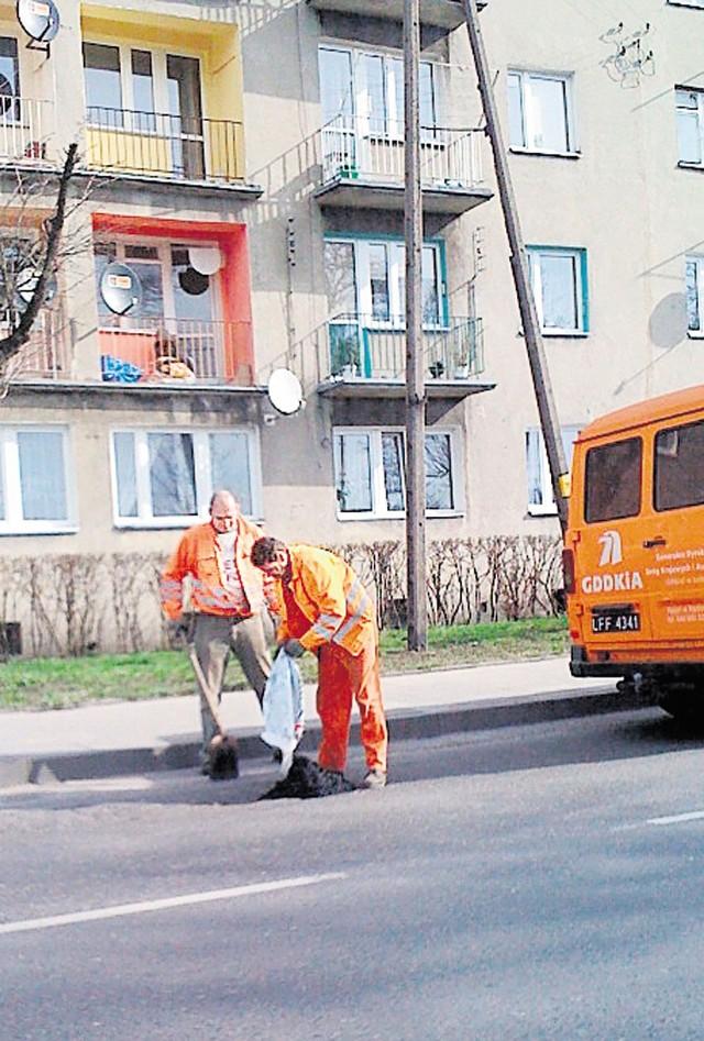 W środę tak łatano dziury m.in. na ul. Brzeźnickiej