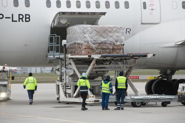 To pierwszy z czterech samolotów, które dostarczą do Polski sprzęt warty 20 mln zł.   Zobacz więcej zdjęć ---->