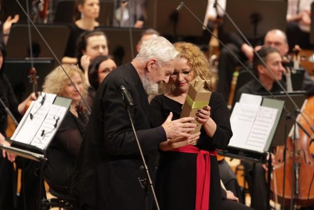 """Koncert """"ISKIERKA Symfonicznie"""" w katowickiej sali NOSPR zgromadził znakomitych artystów i gości.    Zobacz kolejne zdjęcia. Przesuwaj zdjęcia w prawo - naciśnij strzałkę lub przycisk NASTĘPNE"""