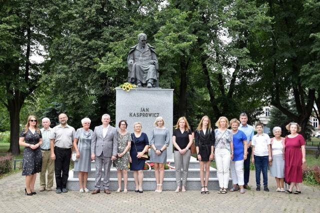 Pod pomnikiem Jana Kasprowicza przy ul. Solankowej w Inowrocławiu przedstawiciele władz powiatu, miasta oraz instytucji noszących imię kujawskiego poety złożyły wiązanki kwiatów. Upamiętniono w ten sposób 95. rocznicę śmierci Kasprowicza