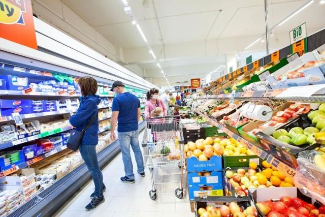 Supermarkety znów kuszą klientów niskimi cenami. Niektóre produkty kupicie nawet o 50% taniej. Wybraliśmy dla Was najciekawsze, aktualne promocje w takich sklepach jak Biedronka, Lidl, Kaufland, Auchan, Stokrotka i POLOmarket. Taniej kupicie warzywa, alkohol, mięso, masło, ale także środki czystości czy słodycze. Sprawdźcie, jak możecie sporo zaoszczędzić. Oto najlepsze promocje w supermarketach.   CZYTAJ DALEJ >>>>>  Rekordowe promocje w supermarketach. Obniżki nawet o 50%! Co jest obecnie w promocji? [Lidl, Biedronka, Auchan, POLOmarket, Kaufland] 07.09