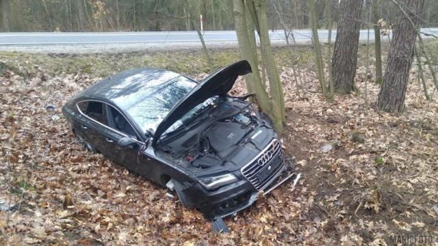 Wypadek audi w Smolarni. Podróżujący samochodem byli pijani.