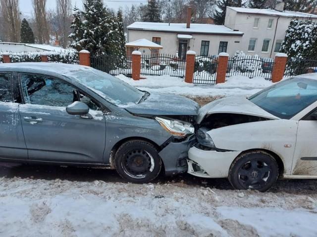 Czołowe zderzenie samochodów przy ul. Toruńskiej w Chełmnie
