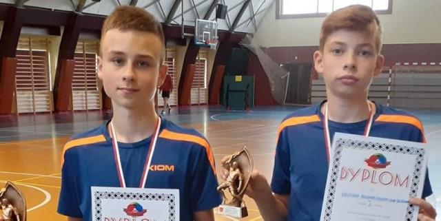Na zdjęciu od lewej strony: Maksymilian Zawiślak i Krystian Dzwonek, kadeci z kleszczowskiej sekcji tenisa stołowego