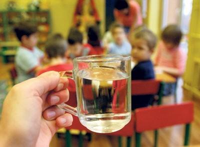 Woda w przedszkolu przechodzi badania mikrobiologiczne