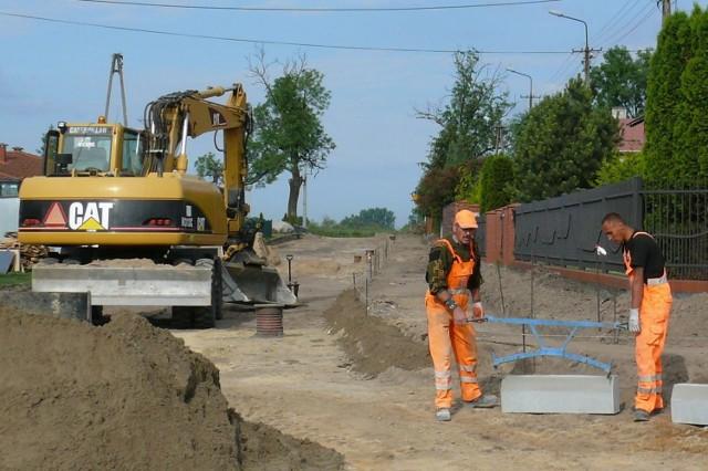 Robotnicy pracowali ostatnio na kijewskim osiedlu, dziś w Trzebczu. Wkrótce kierowcy ucieszą się gładkimi drogami.