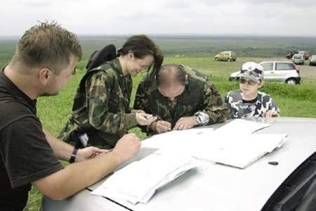 Sędzia Michał Piersiak nadzoruje wytyczanie trasy przez rodzinę Kotlarzów.