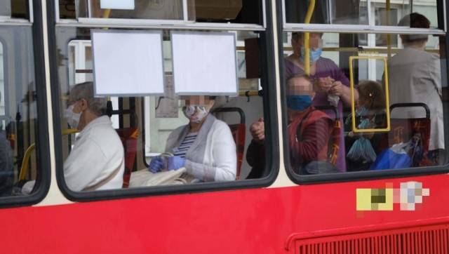 Maseczki ochronne w tramwajach i autobusach są obowiązkowe.