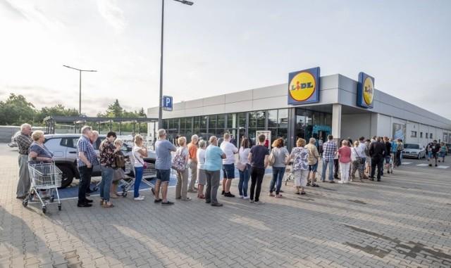 Nowy Lidl w Poznaniu został otwarty w czwartek, 13 czerwca, punktualnie o godz. 7 rano. To 24. dyskont sieci Lidl w stolicy Wielkopolski. Znajduje się przy ul. Księcia Mieszka I 38. Przejdź do kolejnego zdjęcia --->