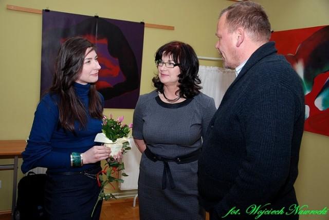 Katarzyna Grabowska przyjmuje gratulację od mamy Bożeny Grabowskiej i Dariusza Chrobaka - poety ziemi dobrzyńskiej.