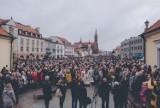 Rynek Kościuszki. WOAK Białystok przeprowadził akcję Niepodległa do hymnu [ZDJĘCIA]