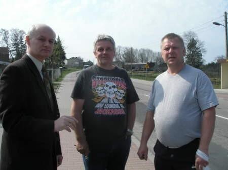 Mieszkańcy Trzebielina zapowiadają blokadę drogi. Od lewej: wójt Tomasz Czechowski, Krzysztof Surowicz i Marek Janusiewicz. FOT. MATEUSZ WĘSIERSKI