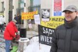 """Gdynia: Flesz z przeszłości. 27.01.2010. Pikieta w obronie praw ojca. """"Zlikwidować sądy rodzinne"""""""