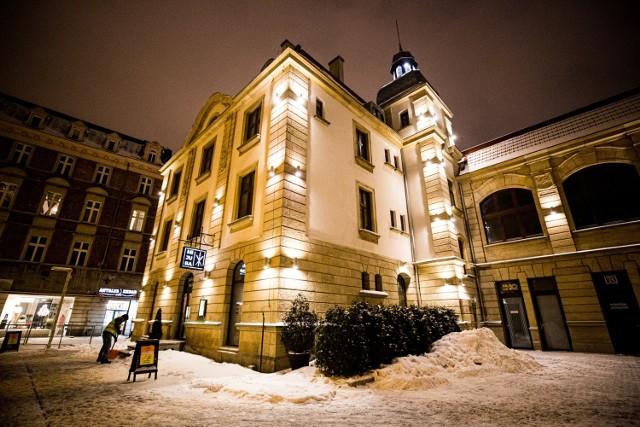 Ulica Dworcowa w Katowicach zimową porą na nocnych zdjęciach.  Zobacz kolejne zdjęcia. Przesuwaj zdjęcia w prawo - naciśnij strzałkę lub przycisk NASTĘPNE