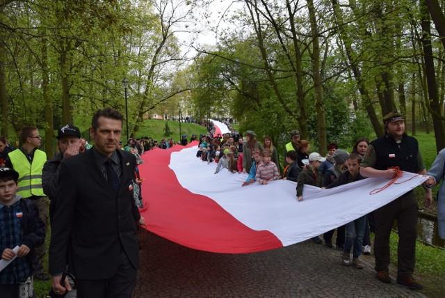 Uroczyście obchodzono Dzień Flagi w Skierniewicach. Skierniewiccy harcerze przygotowali flagę o długości 100 m, którą przeniesiono z rynku do parku i tam rozpięto na drzewach otaczających amfiteatr. Później odbył się piknik.