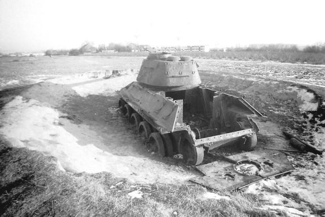 Namacalny dowód, że osiedlowe grunty onegdaj użytkowało wojsko. Nz. wrak czołgu t34. - Ćwiczyli tutaj żołnierze, ale równocześnie było to świetne miejsce do zabawy dla dzieci z pobliskiej Baranówki i innych zakątków miasta - wspomina Adam Malkiewicz, który wykonał wszystkie prezentowane tu zdjęcia.  Data: 17 grudnia 1983.