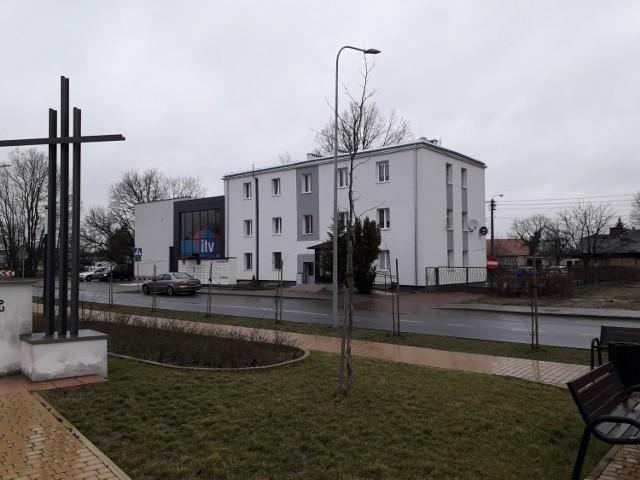 Samodzielny lokal mieszkalny nr 1 o pow. 49,29m2 usytuowany na I piętrze. Lokal składa się z 2 pokoi, kuchni, łazienki z WC oraz pomieszczenia gospodarczego. Udział w gruncie wynosi 5657/46987.