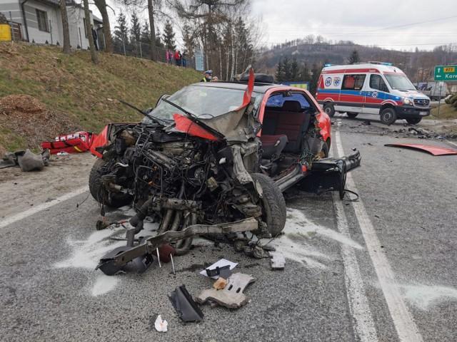 Do wypadku doszło na DW 977 w Zabłędzy przed Tuchowem w rejonie skrzyżowania z drogą na Karwodrzę