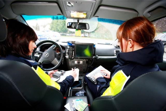 Mandat za rozmawianie przez telefon podczas przechodzenia przez jezdnię? Pieszy będzie karany mandatem - niedługo ważna zmiana [NOWE PRAWO]