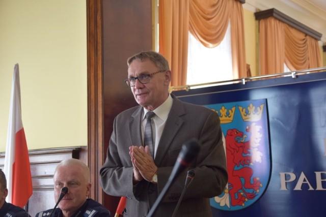 Średnio na każdego pracownika wyszło 3.587,36 zł brutto. Dwa razy tyle - i to na rękę- otrzymał Krzysztof Habura, starosta pabianicki.