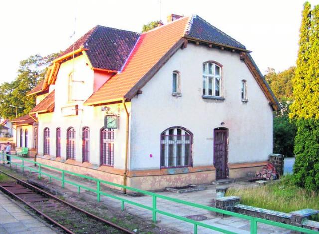 Przez stację w Somoninie przebiegają linie kolejowe nr 201 i 214, czyli na stacji zatrzymują się pociągi kursujące pomiędzy Kościerzyną, a Gdynią Główną.    Stacja w Somoninie posiada dwa perony. W budynku dworcowym działa kasa biletowa, a za stacją w kierunku Gdyni tory rozwidlają się w kierunku Kartuz.  W 2010 część semaforów kształtowych została zastąpiona semaforami świetlnymi. W 2014 stacja przeszła modernizację, która objęła wymianę nawierzchni torów nr 1 i 2, wymianę rozjazdów oraz budowę nowego peronu. Budynek dworca w roku 2015 został przekazany samorządowi gminnemu. To kolejny krok do objęcia przez samorząd władania dworcem, a w dalszej perspektywie utworzeni w Somoninie węzła integracyjnego a to, jak podkreślał marszałek województwa Mieczysław Struk, ważny element towarzyszący Pomorskiej Kolei Metropolitalnej.Po zamknięciu dla ruchu pasażerskiego linii Somonino - Kartuzy, stacja Somonino jest wykorzystywane głównie jako mijanka.