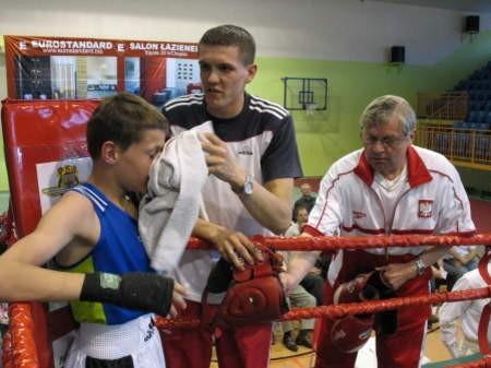 Marcin Łęgowski (w środku) zaszczepia miłość do boksu w swoim młodszym bracie. Fot. Wojciech Piepiorka