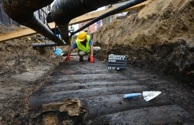 Niemal każde wbicie łopaty w okolicach ulicy Grodzkiej przynosi archeologiczne niespodzianki.