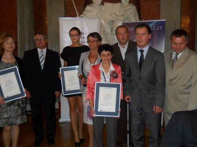 H. Pilarczyk (z przodu) oraz przedstawiciele pozostałych nagrodzonych pracodawców
