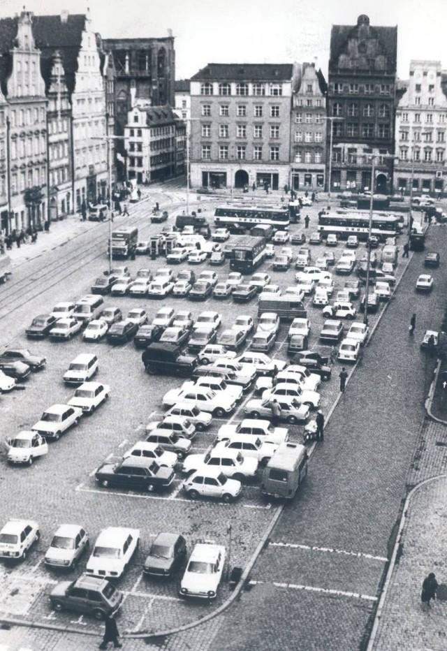Plac Gołębi bez fontanny, ale za to z parkingiem