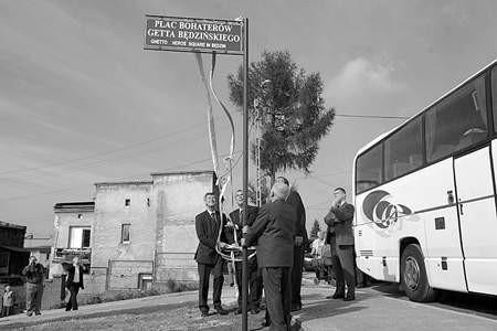 Wojewoda Lechosław Jarzębski i goście z Izraela odsłonili tablicę z nazwą placu. olgierd gÓrny